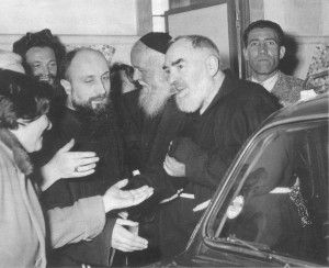 Elide Bellomo holds out her hand to greet Padre Pio